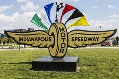 Indianapolis - Circa Maj 2017: Logo och signage av Indianapolis Motor Speedway IMS är värd Indyen 500 och Brickyard 400 VII Royaltyfria Foton