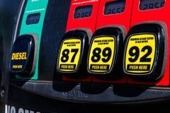 Indianapolis - Circa mars 2018: Bensinstationpumpar med val av diesel, 87 oktan, 89 oktan eller 93 oktan II Arkivbild