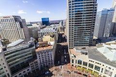 Indianapolis - Circa mars 2017: Indiana State Capitol Downtown Skyline med Conraden och jet W Marriott hotell synlig VI arkivbild