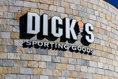 Indianapolis - Circa mars 2018: Läge för sportsligt gods för deckare` s återförsäljnings- Deckare` s förböd Sale av vapen till fo Arkivfoton