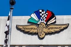 Indianapolis - Circa mars 2018: Logo och signage av Indianapolis Motor Speedway IMS är värd Indyen 500 och Brickyard 400 II Arkivbild