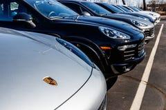 Indianapolis - Circa mars 2018: LokalPorsche återförsäljare som visar nya SUVs Porsche Racing daterar till 50-tal I Arkivfoton