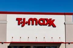Indianapolis - circa marzo de 2018: T J Maxx Retail Store Location T J Maxx es una cadena de venta al por menor I de descuento foto de archivo libre de regalías