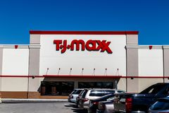Indianapolis - circa marzo de 2018: T J Maxx Retail Store Location T J Maxx es una cadena de venta al por menor II de descuento fotografía de archivo libre de regalías