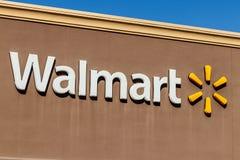 Indianapolis - circa marzo de 2018: Ubicación de la venta al por menor de Walmart Walmart es un Multinational americano Retail Co foto de archivo