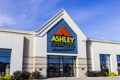Indianapolis - Circa November 2016: Ashley Furniture Homestore Retail Location I Royaltyfria Foton