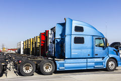 Indianapolis - Circa November 2016: Färgrika halva traktorsläplastbilar ställde upp till salu I Royaltyfria Bilder