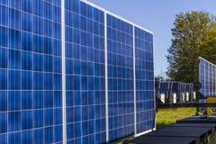 Indianapolis - circa octubre de 2017: Los paneles solares fotovoltaicos móviles en los remolques El último en el portable y el es Imagen de archivo