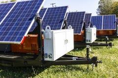 Indianapolis - circa octubre de 2017: Los paneles solares fotovoltaicos móviles en los remolques El último en el portable y el es Fotografía de archivo libre de regalías