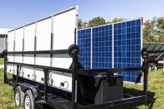 Indianapolis - circa octubre de 2017: Los paneles solares fotovoltaicos móviles en los remolques El último en el portable y el es Foto de archivo