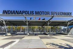 Indianapolis - Circa Oktober 2017: Nedgångfärger på ingången för Indianapolis Motor Speedway port 1 IMS är värd Indyen 500 I Royaltyfri Bild