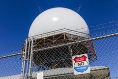 Indianapolis - circa ottobre 2017: Cupola di radar doppler del controllo del traffico aereo di FAA Il radar di ATC segue tutti i  Fotografia Stock