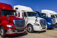 Indianapolis - Circa September 2017: De kleurrijke Rode, Witte en Blauwe Semi die Vrachtwagens van de Tractoraanhangwagen voor Ve Royalty-vrije Stock Fotografie
