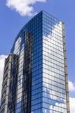 Indianapolis - Circa September 2016: Skyskrapan för spegeltegelplattafönstret med blå himmel och vit fördunklar i reflexion II Arkivbilder