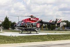 Indianapolis - circa septiembre de 2016: Indiana University Health Lifeline Helicopter se prepara para la salida del hospital I d Imagenes de archivo