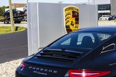 Indianapolis - circa septiembre de 2016: Representación local de Porsche que exhibe nuevos 911 Porsche que compite con fechas a l Imagenes de archivo