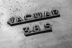 Indianapolis - circa settembre 2017: Insegne ed emblema da un 60s classico Jaguar 3 8 S II Fotografie Stock Libere da Diritti