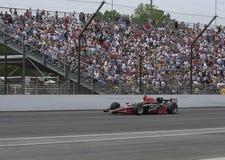 INDIANAPOLIS, DEDANS - 25 MAI : Le conducteur de voiture d'Indy Bruno Junqueira fonctionne dans la course d'Indy 500. Le 25 mai 20 photographie stock libre de droits