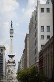 Indianapolis del centro, IN statua con le costruzioni Fotografia Stock Libera da Diritti