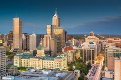 Indianapolis, Indiana, usa w centrum linia horyzontu przy zmierzchem z góry zdjęcia stock