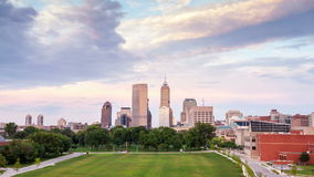 Indianapolis linia horyzontu podczas zmierzchu, Indiana zbiory
