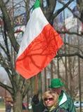Mensen die met Ierse Vlag bij St Patrick Dag lopen Stock Afbeelding