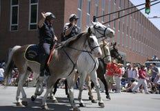 Indianapolis monterade polisen hälsar loppfans under 500 som festivalen ståtar Arkivbilder