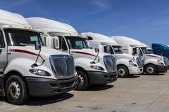 Indianapolis - Około Czerwiec 2017: Navistar zawody międzynarodowi Semi Ciągnikowej przyczepy ciężarówki Wykładali up dla sprzeda Zdjęcia Stock