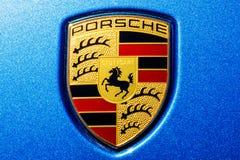 Indianapolis - Około Lipiec 2018: Tradycyjny Porsche grzebień z koniem Stuttgart żakiet ręki na nowym Cayenne IV Obrazy Stock