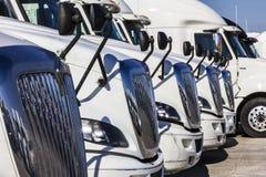 Indianapolis - Około Listopad 2016: Navistar zawody międzynarodowi Semi Ciągnikowej przyczepy ciężarówki Wykładali up dla sprzeda Fotografia Royalty Free