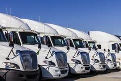 Indianapolis - Około Listopad 2016: Navistar zawody międzynarodowi Semi Ciągnikowej przyczepy ciężarówki Wykładali up dla sprzeda Zdjęcia Stock