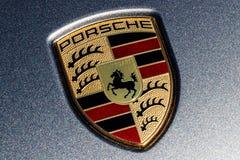 Indianapolis - Około Marzec 2018: Tradycyjny Porsche grzebień z koniem Stuttgart żakiet ręki na nowym Cayenne III Zdjęcie Royalty Free
