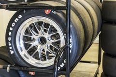 Indianapolis - Około Maj 2017: Sety Firestone opony przygotowywali dla IndyCars przy Indianapolis Motor Speedway dla Indy 500 I Zdjęcie Stock