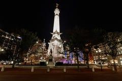 Indianapolis - vers en juillet 2018 : Horizon du centre d'Indianapolis la nuit avec les soldats et le monument de marins au cercl image stock