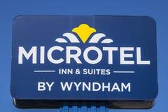 Indianapolis - vers en juillet 2017 : Signage d'auberge et de suites de Microtel Microtel est une filiale de Wyndham Worldwide I photographie stock