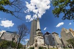 Indianapolis - vers en juin 2017 : Horizon du centre d'Indianapolis sur Sunny Day de cercle de monument avec la tour IV de Salesf Image libre de droits
