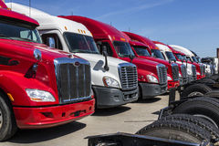 Indianapolis - vers en juin 2017 : Semi camions de remorque colorés de tracteur alignés en vente XV Image stock