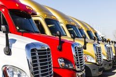 Indianapolis - vers en novembre 2016 : De Freightliner camions de remorque de tracteur semi alignés en vente I Images libres de droits