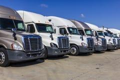 Indianapolis - vers en septembre 2017 : Semi camions de remorque colorés de tracteur alignés en vente XIX Photos libres de droits