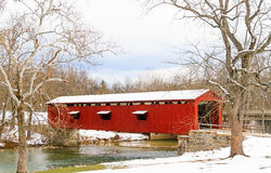 Katarakt fällt überdachte Brücke in Indiana Stockfotos