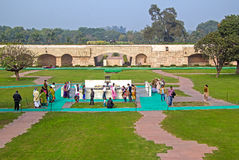 Indianie przy Rajghat pomnikiem, New Delhi fotografia stock