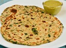 Indianin Parantha (faszerujący indyjski chleb) Zdjęcia Royalty Free