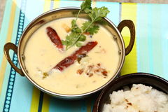 Indianin, Rajasthani, Gujarati Curd curry w miedzianym pucharze Obraz Royalty Free
