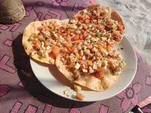 Indianin smażył chlebowego papad i pikantność wyrzucać na brzeg jedzenie ah bizhyuteriya goa ind indyjski pobliski morze handluje obraz royalty free
