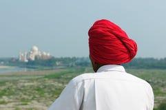 Indianin w turbanie jest przyglądający od Czerwonego fortu na Taj Mahal Obraz Royalty Free
