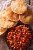 Indianina Chana masala i puri chleba zakończenie Pionowo odgórny widok Zdjęcia Royalty Free