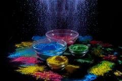 Indianina Holi festiwalu colours Kilka puchary z Holi farby proszkiem Wybuch błękitny kolor zdjęcia royalty free