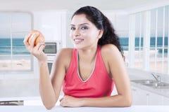 Indianina model trzyma jabłka w kuchni Obraz Stock