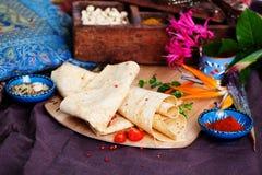 Indianina pita cienki chleb na deski wciąż życiu Zdjęcia Stock