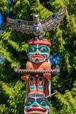 Indianische Totempfähle der ersten Nationen in Stanley Park in Van stockfotografie